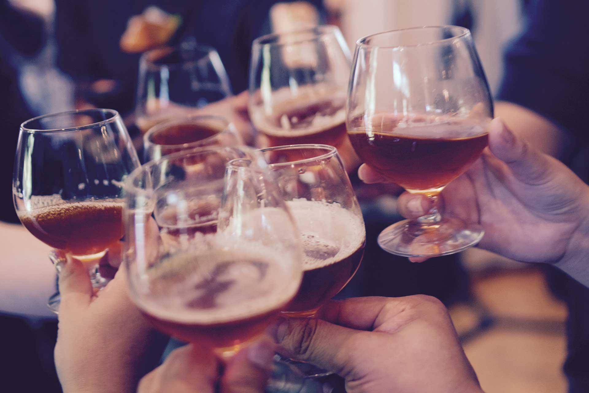 Skål med ølglass på julebord Arrangment med Volum Event og artist booking